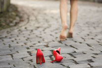 Rote pumps, Barfuß, Straßenpflasten, Fotografie
