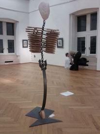 Skulptur, Rosenquarz, Stahl, Schichtholz
