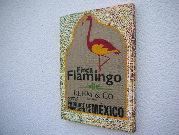 Kaffeesack, Kn17, Holzbildträger, Mischtechnik, Flamingo