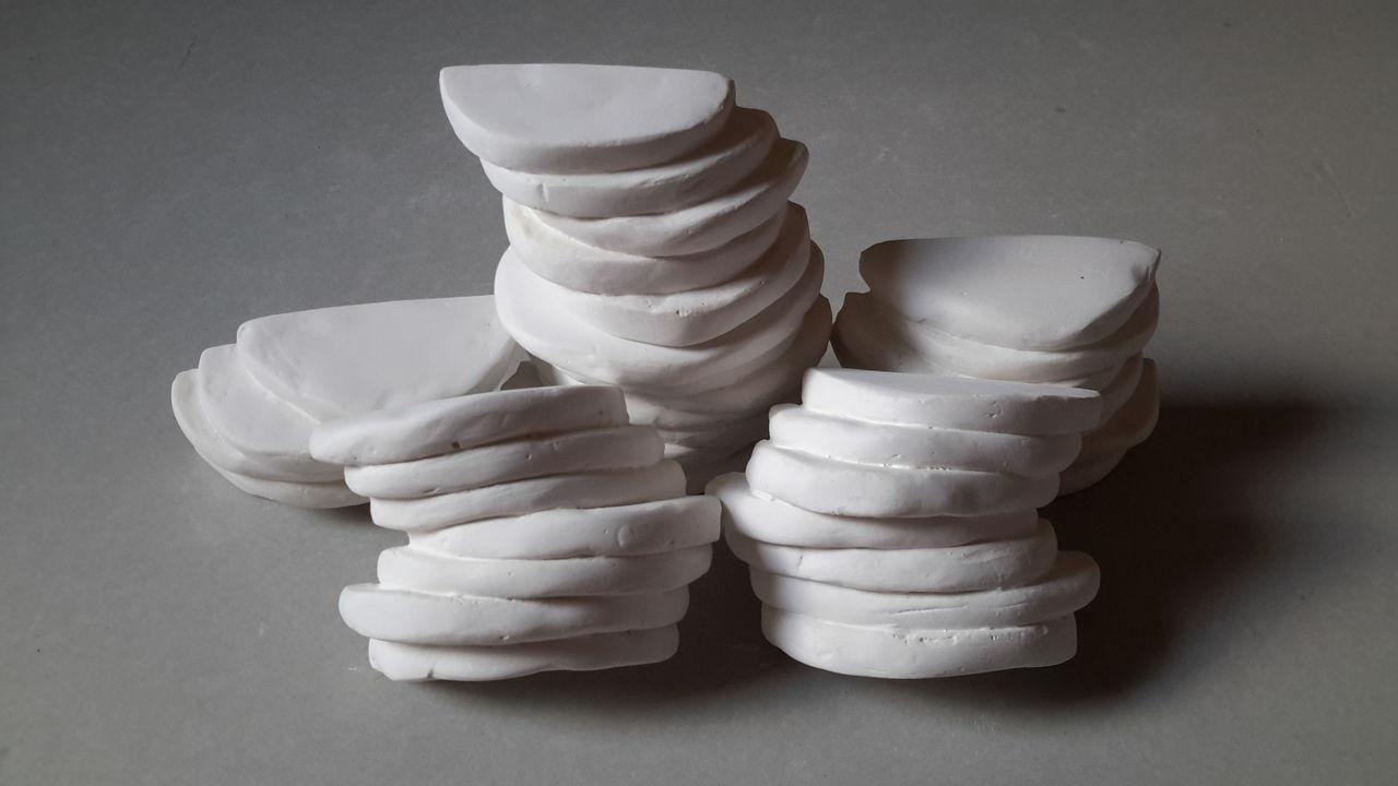 bild skulptur gips wei platte von aquamarin bei kunstnet. Black Bedroom Furniture Sets. Home Design Ideas