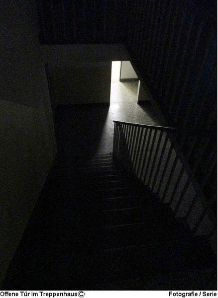 Fotografie, Schwarz weiß, Treppenhaus, Tür, Köln, Lichtschein
