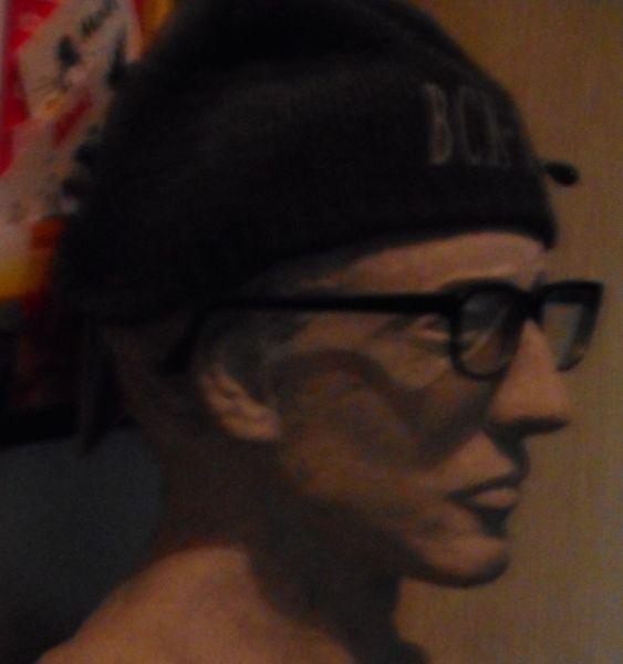 Büste, Pinnwand, Mütze, Brille,