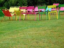 Stühle farben bunt, Fotografie, Stillleben