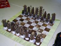 Tannenzapfen, Baumrinde, Schachfiguren, Schachbrett