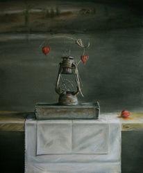Lampionblume, Laterne, Holztisch, Buch