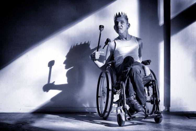 Licht, Rollstuhl, Schein und sein, Ehre, Zepter, Krone