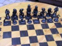 Schachspielfiguren, Schachfiguren, Schachbrett, Kunstobjekte