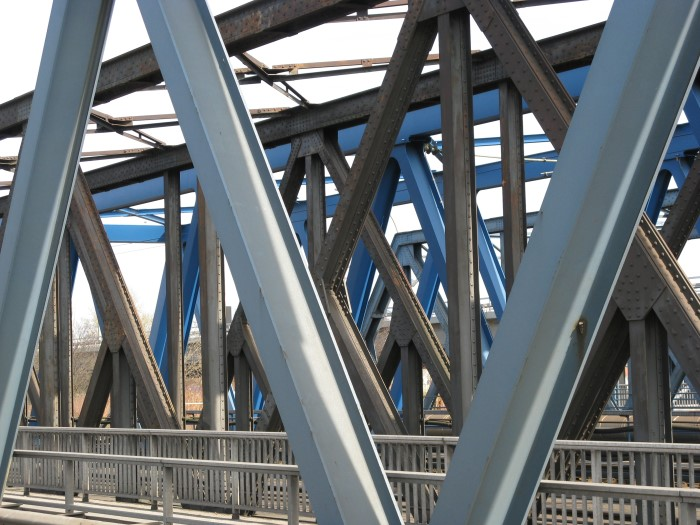 Bild: Eisen, Stahl, Brücke, Brücken von Uwe Holstein bei KunstNet: www.kunstnet.de/werk/253719-tausend-bruecken-aus-eisen-und-stahl